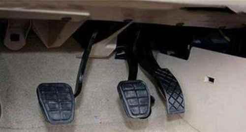 刹车时离合和刹车应先踩哪个?_WWW.171ZZ.NET