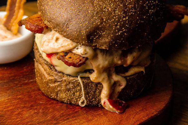 美味的双层汉堡图片_WWW.171ZZ.NET
