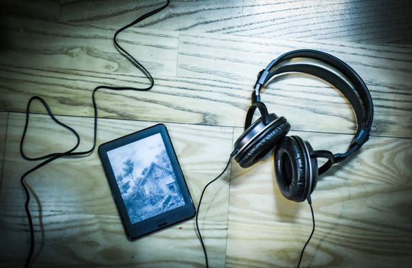 黑色耳机与平板图片_WWW.171ZZ.NET