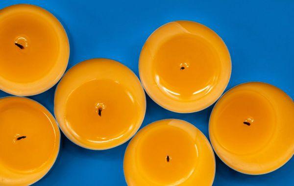 黄色香氛蜡烛堆图片_WWW.171ZZ.NET